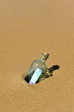 Cento euro in un imbottigliare la spiaggia Fotografia Stock