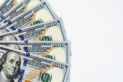 Cento fan presentati banconote in dollari su un fondo bianco Fotografia Stock