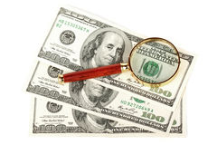 Cento fatture del dollaro sotto una lente d'ingrandimento Immagini Stock