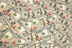 Cento nuovi dollari di mucchio come fondo Immagini Stock