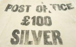 Cento sterline dell'argento hanno stampato su una borsa d'annata dei soldi Fotografie Stock Libere da Diritti