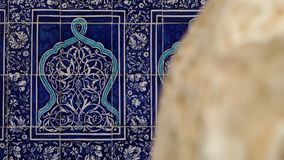 Centrándose en las tejas modeladas azules en Xiva almacen de video