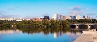 Centra av Arlington, Virginia och Potomac River Royaltyfria Bilder