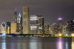 Centra av Chicago vid natt Royaltyfria Foton