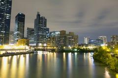 Centra av Chicago vid natt Arkivfoto