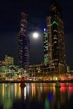 Centra av Melbourne på natten Arkivbild