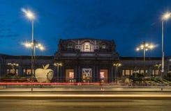 Centraal de post vooraanzicht van Milaan bij nacht stock afbeeldingen
