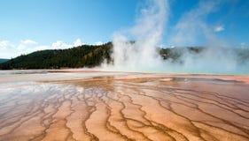 Centraal Geiserbassin bij de Grote Prismatische Lente in het Nationale Park van Yellowstone in Wyoming stock afbeelding