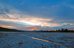 Centraal Geiserbassin bij zonsondergang in het Nationale Park van Yellowstone in Wyoming stock foto's