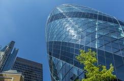 CENTRAAL LONDEN/ENGELAND - 18 05 2014 - De wolkenkrabberbezinningen worden gezien in de vensters van de Augurk Stock Foto