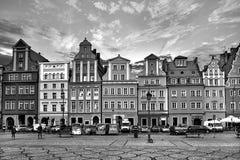 Centraal marktvierkant in Wroclaw Polen met oude huizen, straatlantaarn en lopende toeristenmensen royalty-vrije stock fotografie