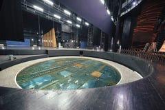 Centraal opheffend platform op theaterstadium Stock Afbeelding