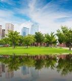Centraal parklandschap met de moderne bouw stock afbeelding