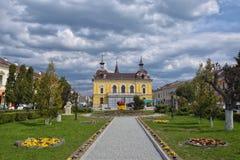 Centraal vierkant en oud stadhuis in Sighet, Maramuresh, Roemenië Royalty-vrije Stock Afbeeldingen