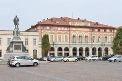 Centraal vierkant met de theaterbouw in Biella op Italië royalty-vrije stock fotografie