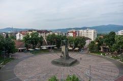 Centraal vierkant met monument aan een Servische militair Kraljevo, Ser stock fotografie