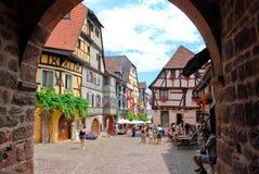 Centraal vierkant in Riquewihr stad, Frankrijk Stock Foto