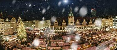 Centraal vierkant van Leipzig, Duitsland, met Kerstmismarkt stock fotografie