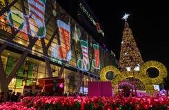 Centraal Wereldwinkelcomplex bij nacht, onthaal aan Kerstmis en H Stock Foto