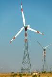 Centrais elétricas de energias eólicas no deserto. Índia, Jaisalmer Foto de Stock