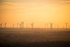 Centrais elétricas de energias eólicas pelo por do sol Fotografia de Stock Royalty Free