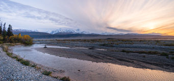Central Alaska de rivière de Gulkana de chaîne de montagne de lever de soleil Photographie stock libre de droits