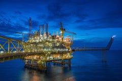 Central bearbeta plattform för frånlands- fossila bränslen i golfen av Thailand Arkivbild
