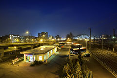 Central bussstation på natten i Dresden Arkivfoton