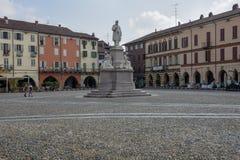 Central Cavour fyrkant på Vercelli på Italien arkivfoto