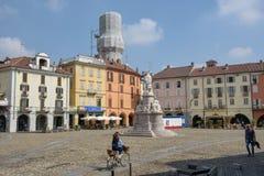 Central Cavour fyrkant på Vercelli på Italien royaltyfri fotografi