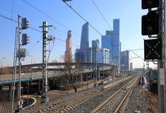 Central cirkel för Moskva - små cirkel, MCC, eller MK MZD och skyskrapor av den internationella staden för affärsmitt, Ryssland Royaltyfria Foton