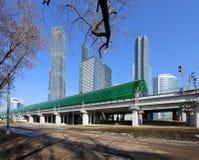 Central cirkel för Moskva - små cirkel, MCC, eller MK MZD och skyskrapor av den internationella staden för affärsmitt, Ryssland Royaltyfri Bild
