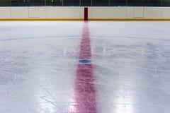 Central cirkel i hockeyisbana Arkivfoto