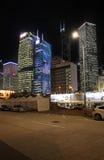 Central de AIA, buildind de CCB, Banco da China e outros raspadores do céu em Hong Kong na noite Imagem de Stock