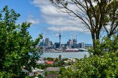 Central de Auckland, vista atrav?s do porto fotos de stock royalty free