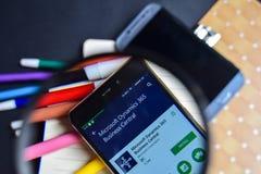 Central del negocio de la dinámica 365 de Microsoft en magnificar en la pantalla de Smartphone foto de archivo libre de regalías