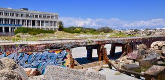Central eléctrica abandonada con el rompeolas: Marcando con etiqueta en Fremantle, Australia occidental Foto de archivo