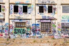 Central eléctrica abandonada: Expresión de la juventud Imagenes de archivo