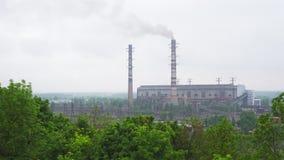 Central eléctrica con carbón de trabajo con los altos tubos y humo almacen de metraje de vídeo