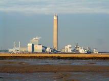 Central eléctrica con la chimenea imagenes de archivo