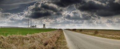 Central eléctrica con las nubes oscuras Fotografía de archivo