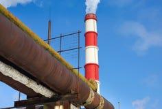 Central eléctrica da chaminé contra Fotos de Stock