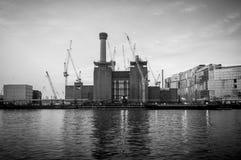 Central eléctrica de Battersea del banco opuesto en el río Támesis Imagenes de archivo