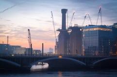 Central eléctrica de Battersea y puente ferroviario de Battersea en la salida del sol Fotografía de archivo libre de regalías