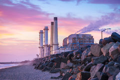 Central eléctrica de California meridional en la puesta del sol Foto de archivo