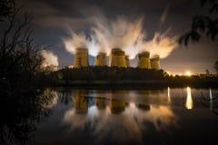 Central eléctrica de Drax reflejada en agua foto de archivo