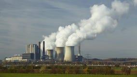Central eléctrica de energía del carbón de Brown - torre de enfriamiento almacen de metraje de vídeo