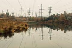Central eléctrica de energía del carbón en el área hermosa llena de árboles y de lago, reflexión de espejo del polo enérgico y ce Imagenes de archivo