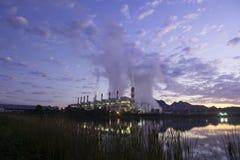 Central eléctrica de energía del carbón en el tiempo crepuscular fotos de archivo libres de regalías
