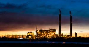 Central eléctrica de energía del carbón en la noche imagenes de archivo